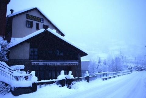 Fachada invernal del Hotel Tres Picos