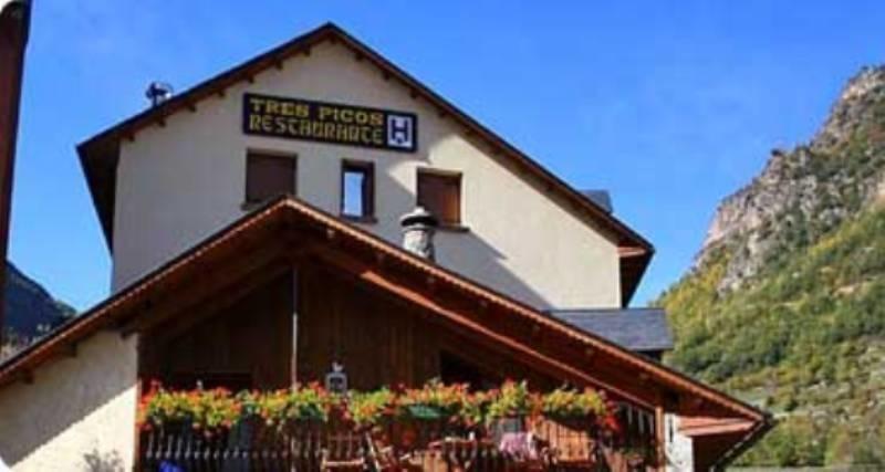 Fachada del Hotel Tres Picos