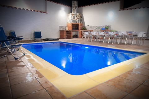 Chimenea piscina y mesa